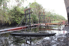 Scaffolding holds a broken section of the oil pipeline. (Photo: Barbara Fraser)